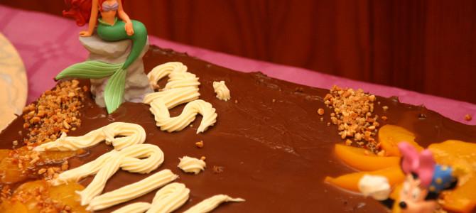 Preparando la tarta del cumpleaños de las niñas