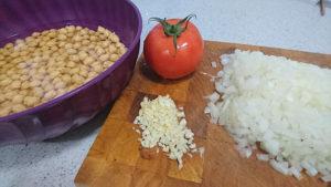 Primer paso, picar ajo y cebolla