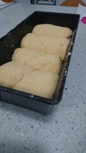 Colocar los rollitos en el molde y dejar crecer durante al menos una hora más